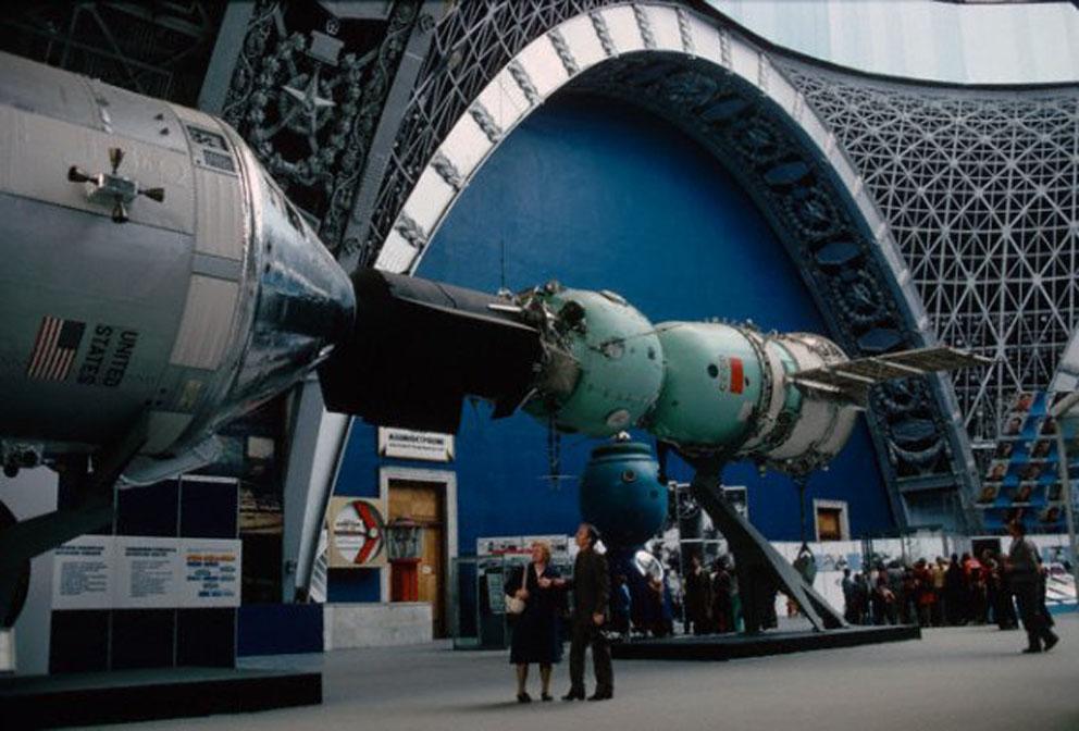 Состоялся первый в истории совместный полет космических кораблей двух стран - советского корабля «Союз-19» и американского «Аполлона»